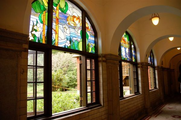 迴廊上之彩繪鑲崁玻璃