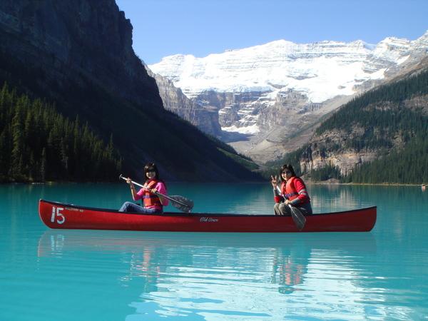 在露易絲湖上划船的feel真讚