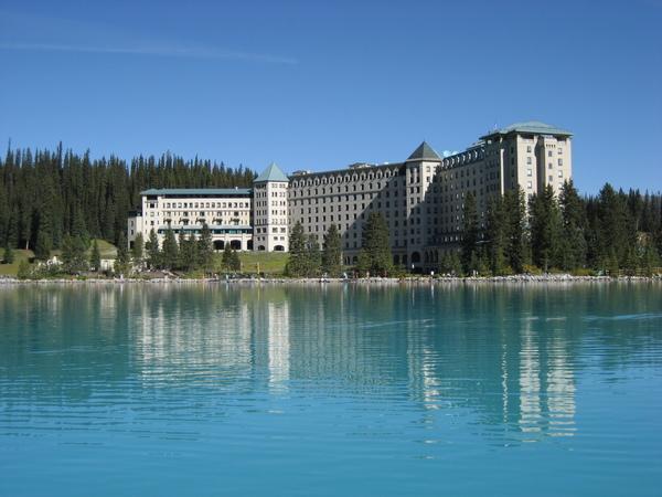 從湖面拍去的城堡飯店