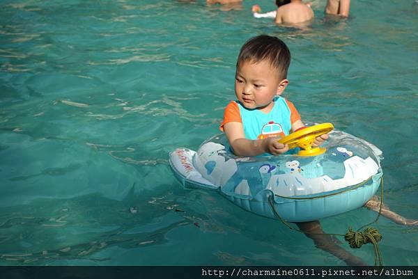 游泳池戲水-寶弟第一次泡泳池.JPG