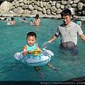 游泳池戲水-寶弟第一次泡泳池2.JPG