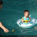 游泳池戲水-寶弟第一次泡泳池3.JPG
