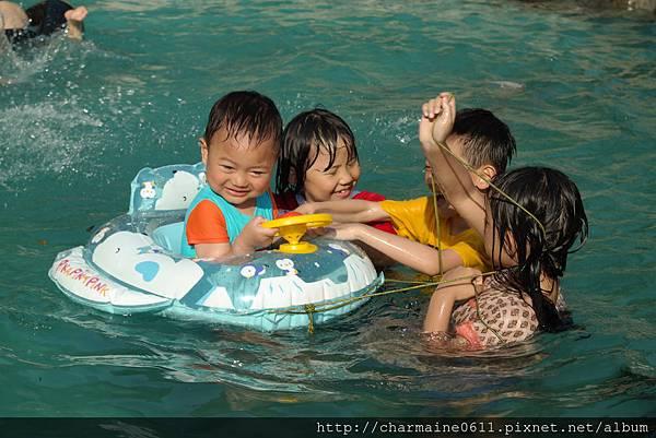 游泳池戲水-寶弟第一次泡泳池-哥哥姐姐保護.JPG