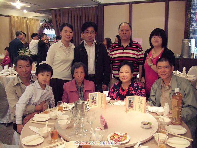 左邊是 表哥 表哥的兒子(因為大姑已八十歲跟老爸差25歲)