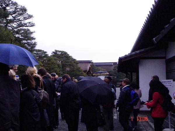 準備出發參觀京都御所了 真多人