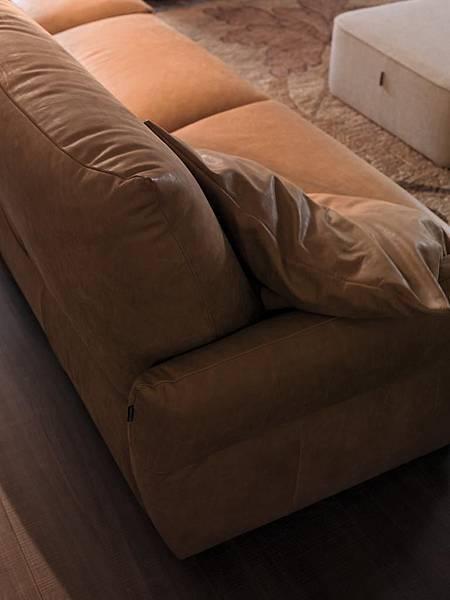 創空間 CreativeCASA  創空間CASA 義式傢具代理 義大利傢具 義式傢具  高品質義式傢俱 義大利品牌 進口家具 進口沙發 沙發 Chateau d'Ax 夏圖 高品質沙發 牛皮沙發 牛皮沙發推薦 熱賣款 熱銷款 EMMA 直立式扶手沙發