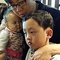 10M,跟爸爸拍照也要抓哥哥