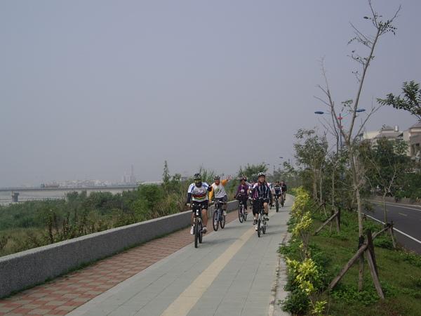 行水區旁自行車道.JPG