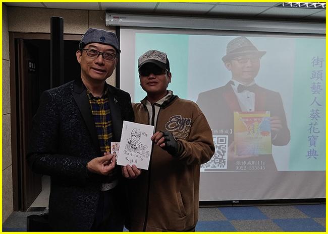 15-權兒老師贈送阿威老師現場速寫並歡喜合影.jpg