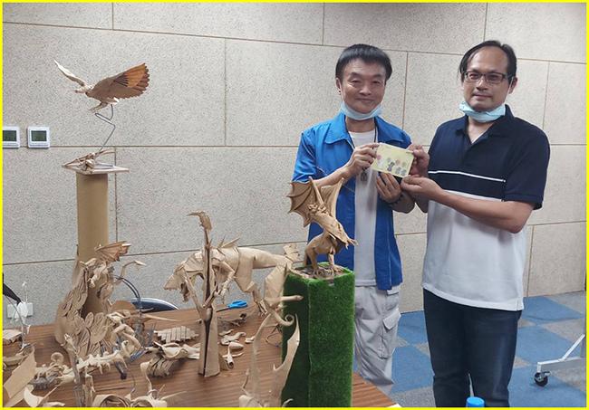 1-展示的擬真創作就定位-胖哥親贈與文和廠長合作的3D賀卡給吳老師.jpg