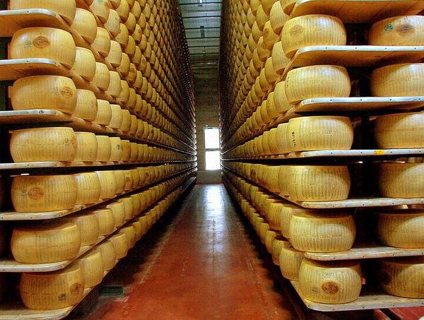 794px-Parmigiano_reggiano_factory.jpg