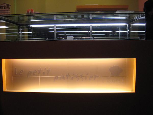 開始蛋糕櫃的logo貼製