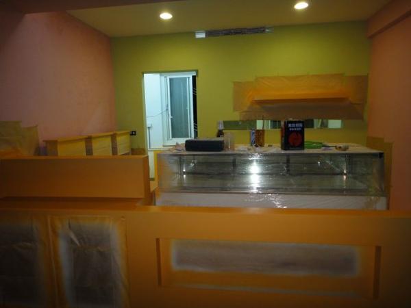 櫃子也噴上柔和的橘黃色~