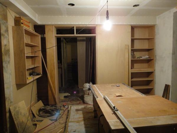 牆上的櫃子逐漸成形