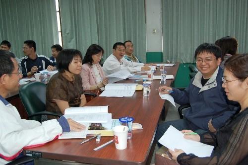 教師們參與分組討論