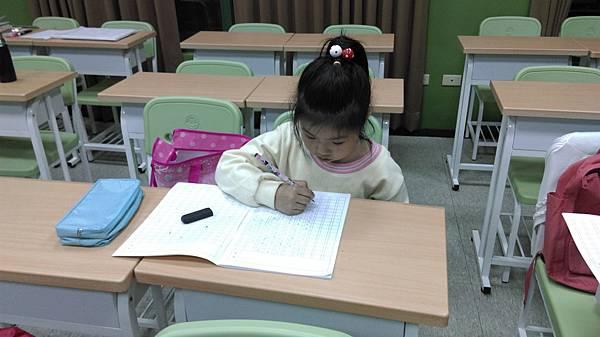 小一生用注音符號也可寫作文,文筆通暢,段落分明