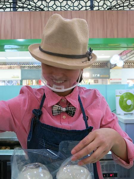 02-餐飲服務員戴透明口罩-成寒 攝