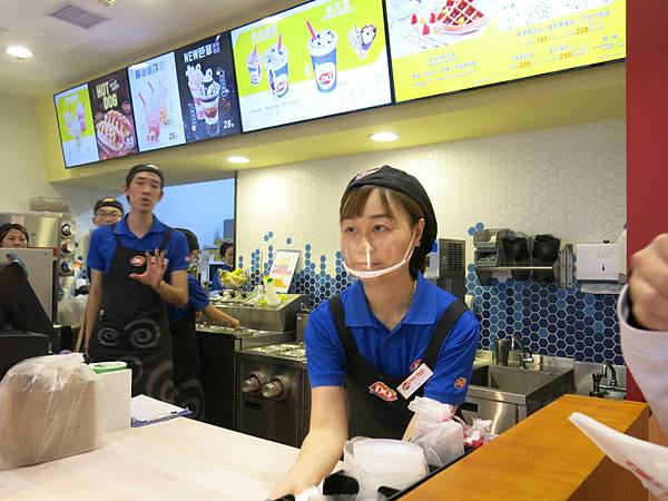 07-餐飲服務員戴透明口罩-成寒 攝