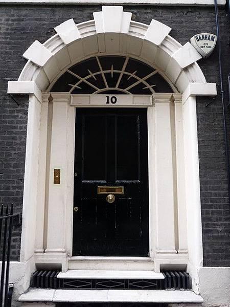 02-〈不花錢的倫敦〉成寒-喬治王風格的大門