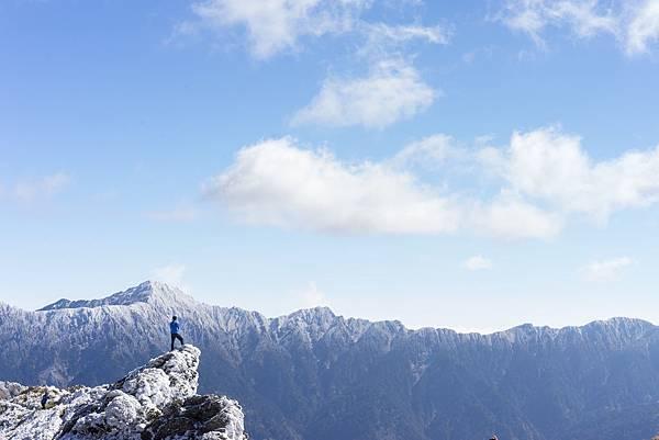 shutterstockˍ雪山登山者