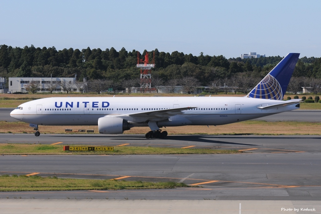 United Airlines B777-222(N214UA)@NRT_1_20121102.jpg