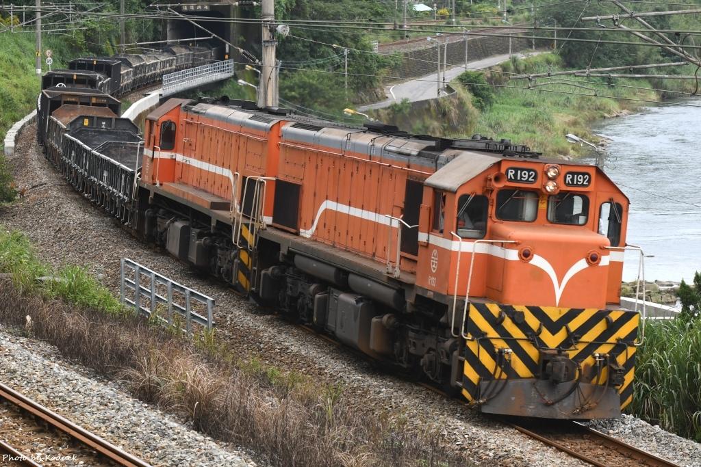 R192+R190牽引貨列@高低隧道_1_20171102.jpg