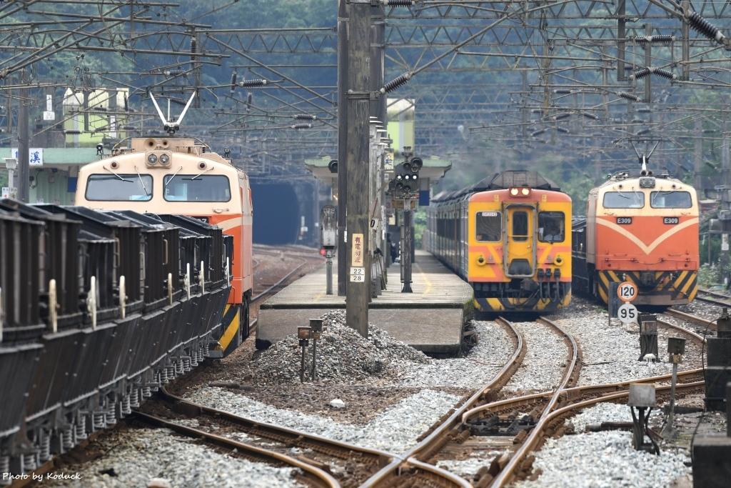 E327牽引貨列@雙溪站北_1_20171221.jpg