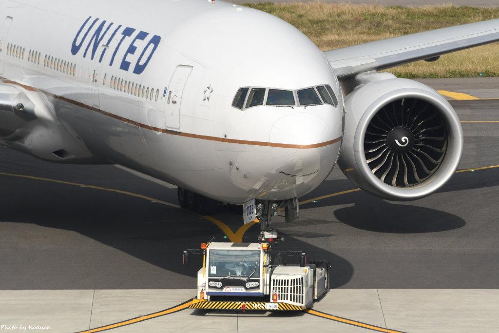 United Airlines Boeing 777-322(ER)(N2135U)@RCTP)_1_20200103.JPG