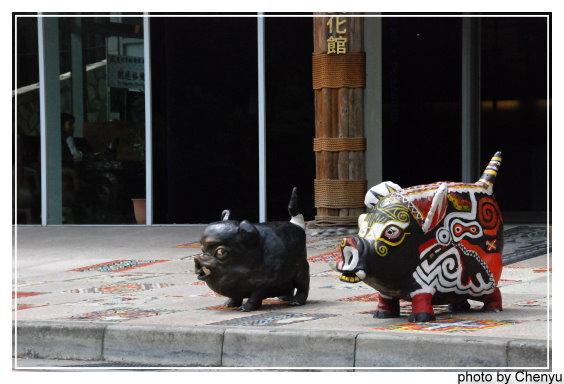 凱達格蘭文化館外的兩隻豬