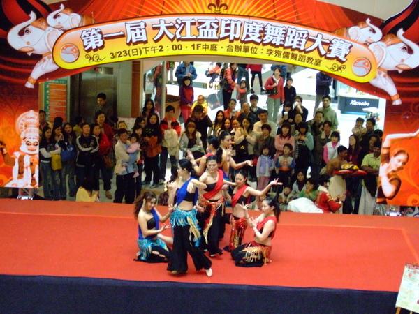 參賽隊伍 012*-身材都不錯,但我還是覺得像是跳現代舞....