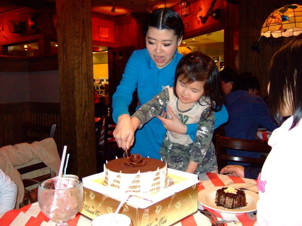 013*切蛋糕~表情愉悅多了~
