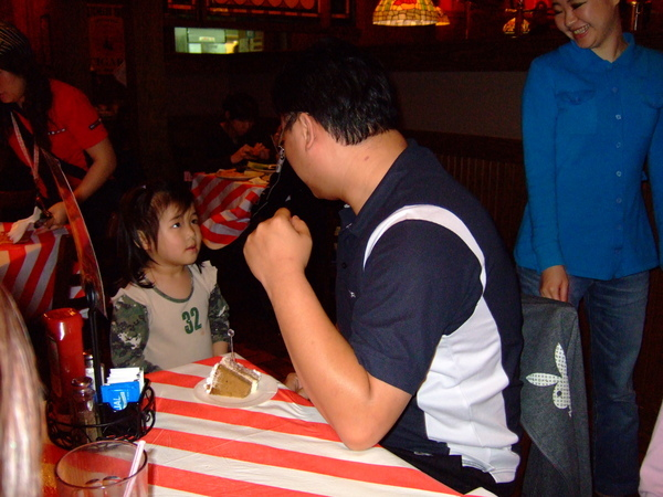 019壽星要負責發送蛋糕,這位大叔你的拳頭是要拿來幹麻??