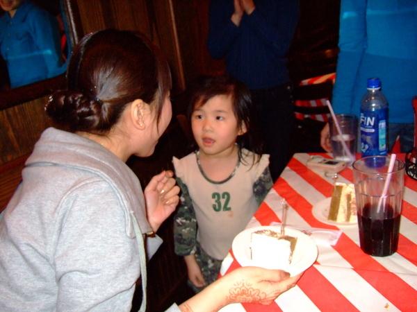 023昀姨:讓我咬一口好不好?