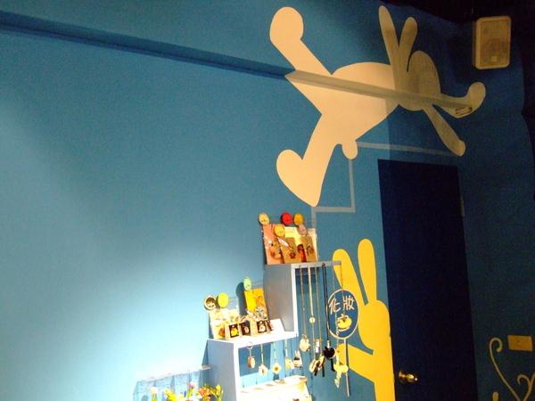 邊邊是化妝室,牆上有隻夢遊走上天花板的兔子~