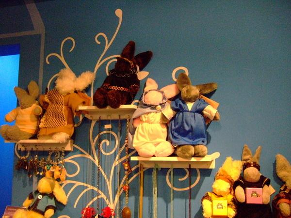 牆壁上的圖畫和兔玩偶