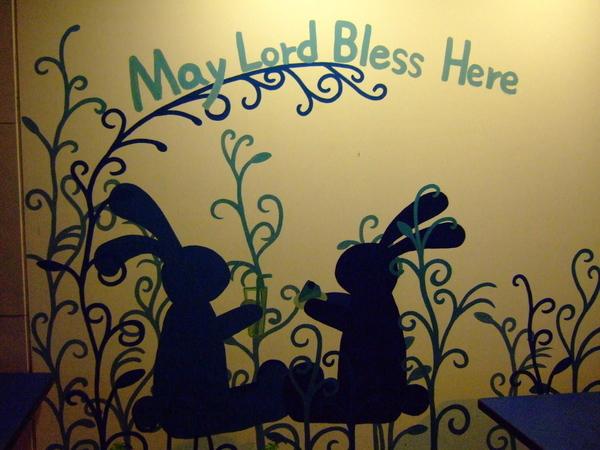 外面牆上也畫著兩隻兔子對喝飲料~
