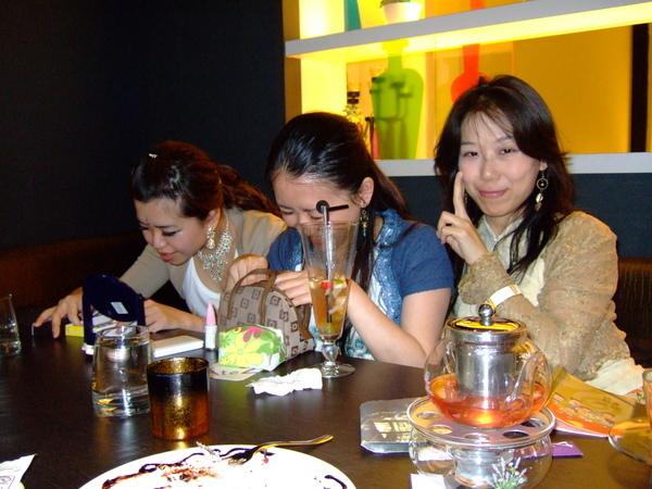 吃完飯,正補妝等拍照的雙ㄩㄣˊ二人組....