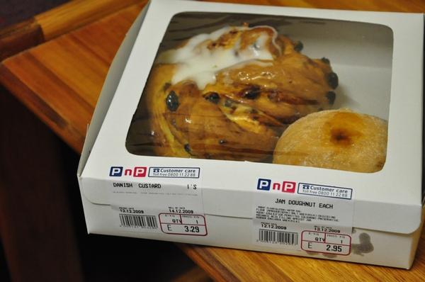 DSC_9932 左Danish3.29 右jam doughnut2.95.JPG