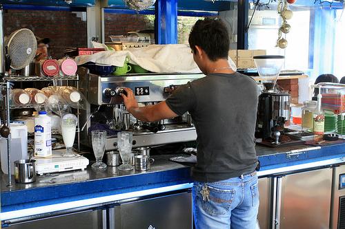 3.老闆在櫃台後忙著煮咖啡.jpg