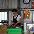 P.老闆娘在後頭也忙著上烤架的前置作業.jpg