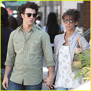 kevin-jonas-danielle%20deleasa-holding-hands.jpg