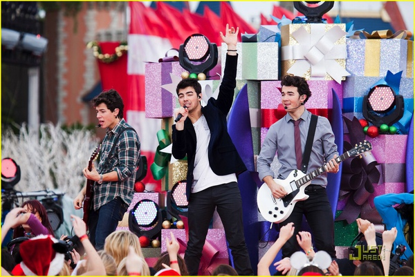 jonas-brothers-summertime-anthem-01.jpg