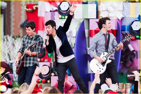 jonas-brothers-summertime-anthem-02.jpg