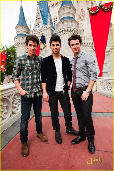 jonas-brothers-summertime-anthem-04.jpg