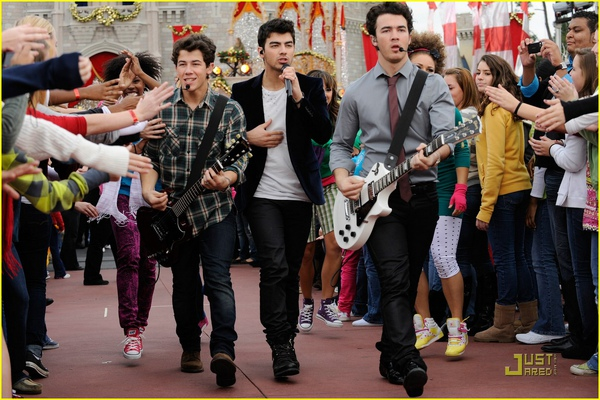 jonas-brothers-summertime-anthem-05.jpg