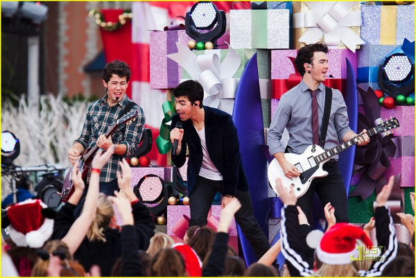 jonas-brothers-summertime-anthem-06.jpg