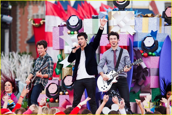 jonas-brothers-summertime-anthem-08.jpg