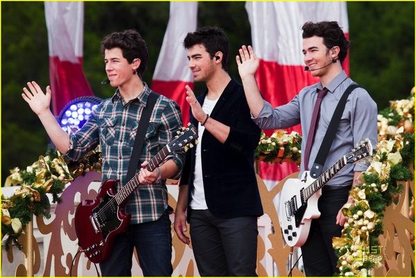 jonas-brothers-summertime-anthem-10.jpg