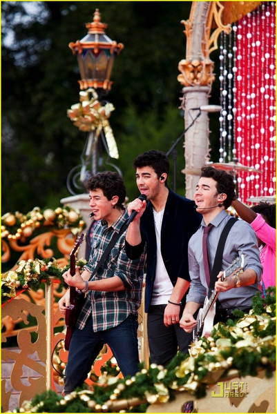 jonas-brothers-summertime-anthem-14.jpg