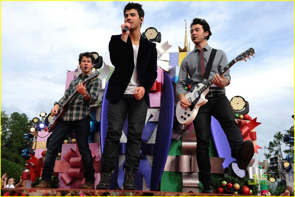 jonas-brothers-summertime-anthem-15.jpg